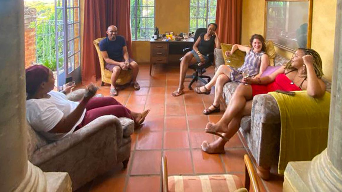 Scholars gather in living room for conversation